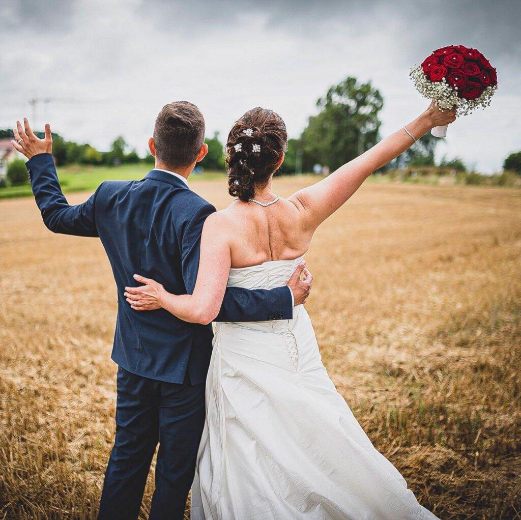 Brautpaar auf dem Feld Fotografiert von Schmaus-Foto