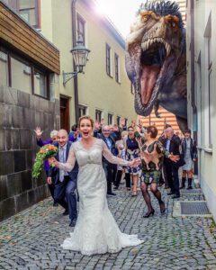 Brautpaar mit Dinosaurier