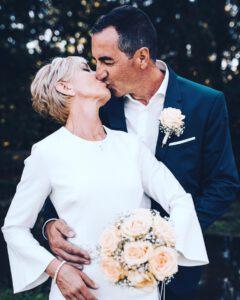 Brautpaar dass sich küsst