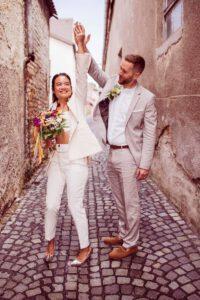 Ein tanzendes Brautpaar
