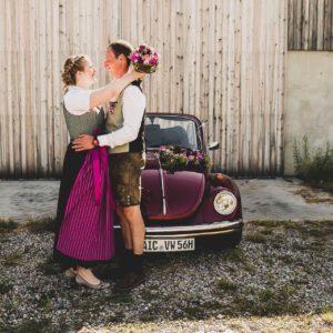 Brautpaar mit Blumenstrauß